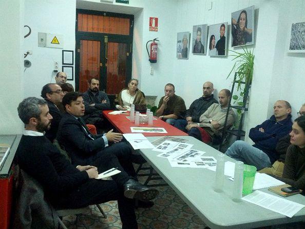 Reunión del concejal con los miembros de Vecinos Haciendo Jardines en la redacción de Somos Malasaña | Foto: Somos Malasaña
