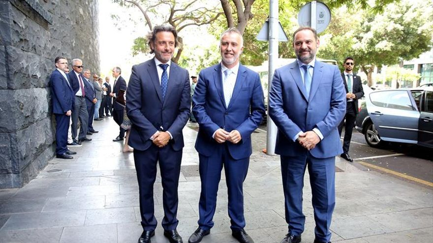 De izquierda a derecha, el presidente del Parlamento de Canarias, Gustavo Matos, el presidente del Gobierno de Canarias, Ángel Víctor Torres, y el ministro de Fomento en funciones, José Luis Ábalos