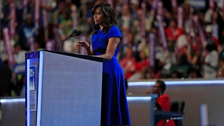 La primera dama de Estados Unidos, Michelle Obama, habla durante la primera jornada de la Convención Nacional Demócrata 2016 hoy, 25 de julio de 2016, en el Wells Fargo Center de Filadelfia, Pensilvania.
