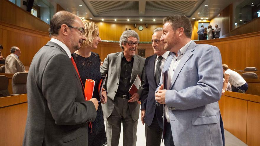 Javier Lambán dialoga con Patricia Luquin (IU), Gregorio Briz (CHA), Javier Sada (PSOE) y José Luis Soro (CHA)
