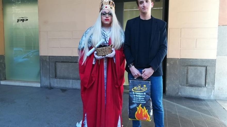 Una draq queen disfrazada de Reina Maga entrega carbón a las Nuevas Generaciones del PP balear