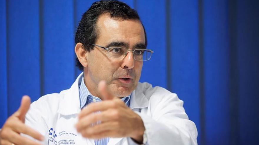 El doctor Miguél Ángel Hernández, coordinador de la unidad de Esclerosis Múltiple del Hospital Universitario de la Candelaria / Ramón de la Rocha/EFE