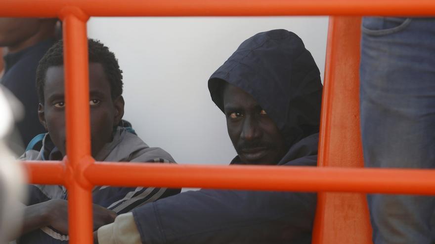 Rescatan a 62 personas, tres niños, de una patera a la deriva con mala mar