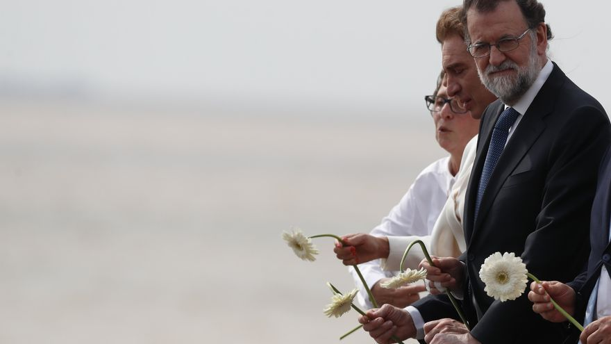 Mariano Rajoy hace su ofrenda a las víctimas de la dictadura en el Parque de la Memoria, en Buenos Aires.