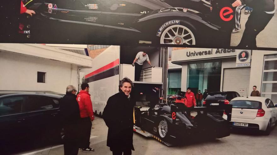 Uno de los acusados en el 'caso Hiriko', José Luis Bengoechea, posando a la llegada del coche de Epsilon al concesionario de Echave
