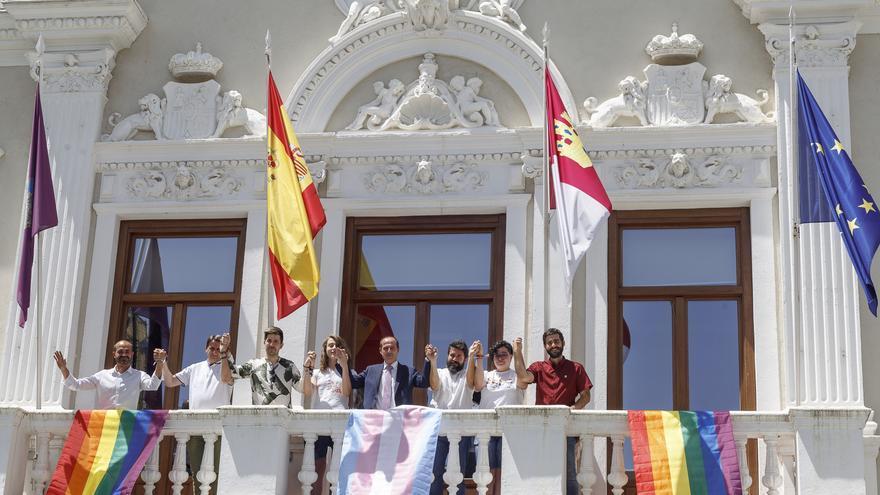La bandera LGTBI y la bandera trans en el Ayuntamiento de Guadalajara