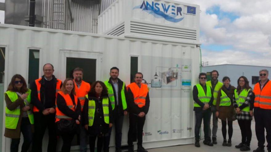 Miembros del Grupo BIOE junto al reactor bioelectrogénico de lecho fluidizado