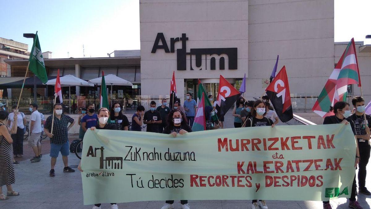 Los trabajadores del Artium, concentrados a las puertas del museo
