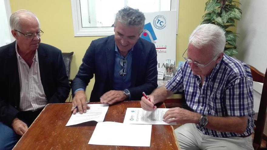 Acto de firma del convenio entre los  presidentes de la Asociación para el Desarrollo Turístico de La Palma (Asdetur) y la Asociación de Empresarios del Casco Histórico de Santa Cruz de La Palma.