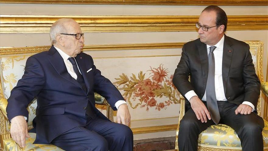 Hollande recibe en el Elíseo al presidente tunecino, Beji Caid Essebsi