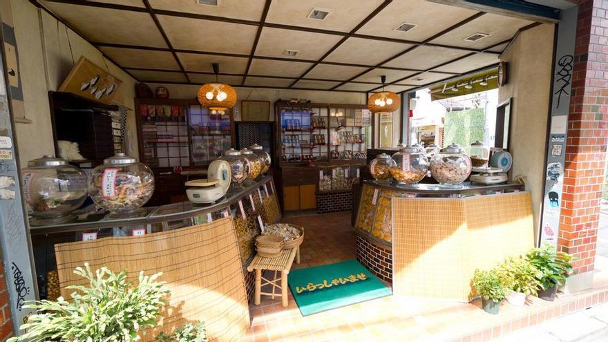 Tienda tradicional de galletas de arroz. Danny Choo