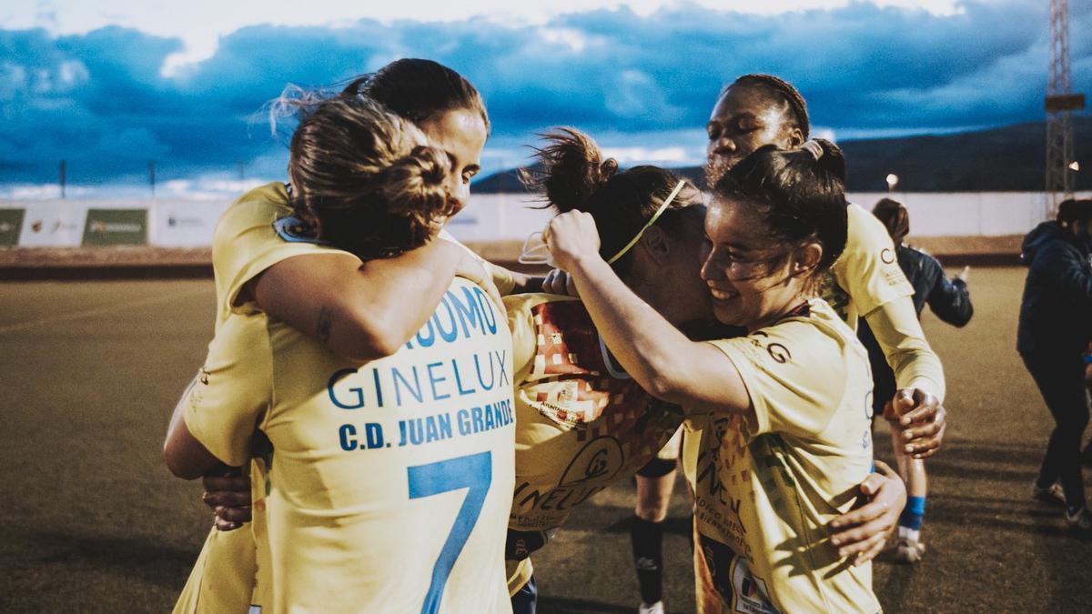 Las jugadores del Ginelux Juan Grande celebran la permanencia