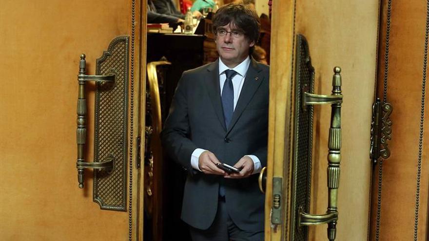 Puigdemont y S.Camacho, media hora de conversación en el bar del Parlament