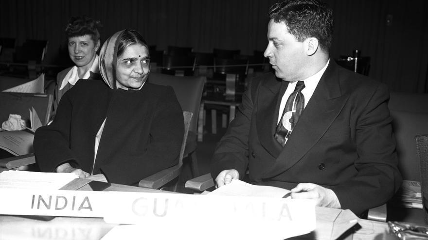 HANSA MEHTA, de la India (a la izquierda), con Carlos García Bauer, representante de Guatemala, antes de una sesión de la Comisión de Derechos Humanos de las Naciones Unidas, en Lake Success (Nueva York), en junio de 1949.