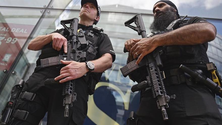 La policía hace una explosión controlada durante un registro en Manchester
