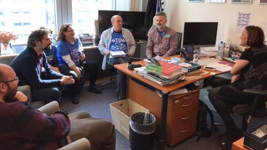 Representantes de Stop Uranio y de Izquierda Unida en su visita al Parlamento Europeo.
