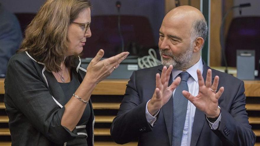 Moscovici niega haber hablado con De Guindos sobre la prolongación del presupuesto