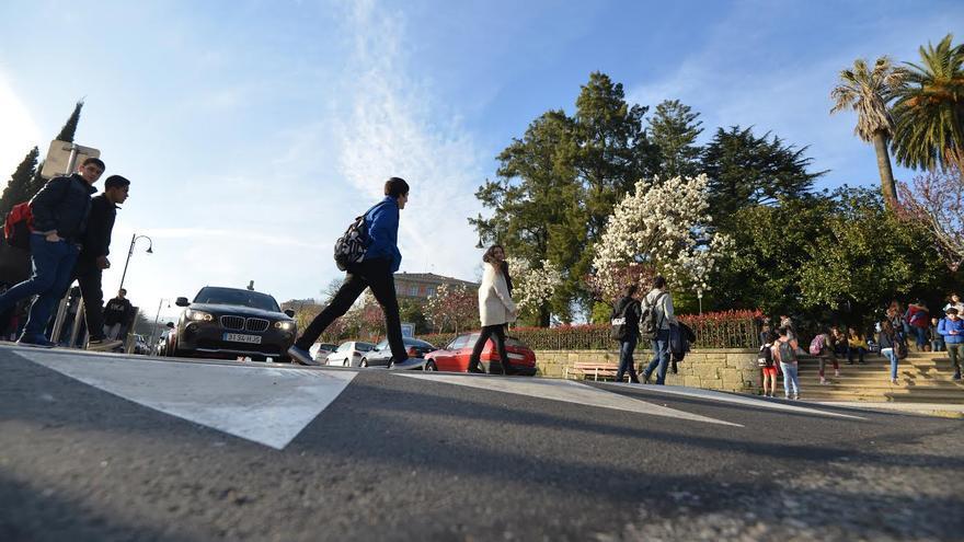 Uno de los pasos de peatones elevados de Pontevedra, que obligan a los coches a reducir la velocidad. / Ayto. de Pontevedra