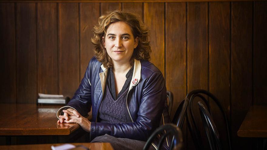 Ada Colau durante la entrevista en un café del barrio barcelonés de Gracia / Carmen Secanella