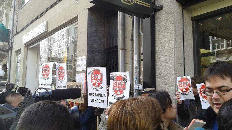 Acción de Stop Desahucios para evitar el desalojo de Aurelia Rey