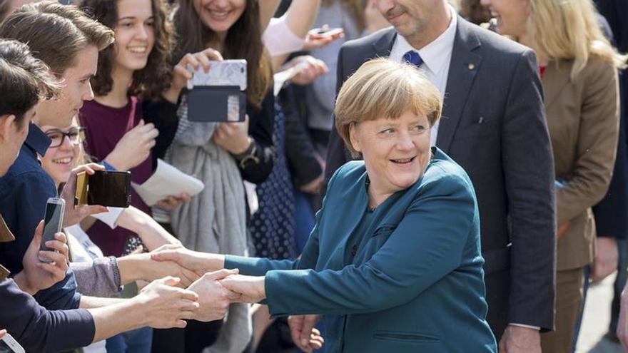 Merkel, a favor de debatir con AfD, descarta un viraje hacia la derecha