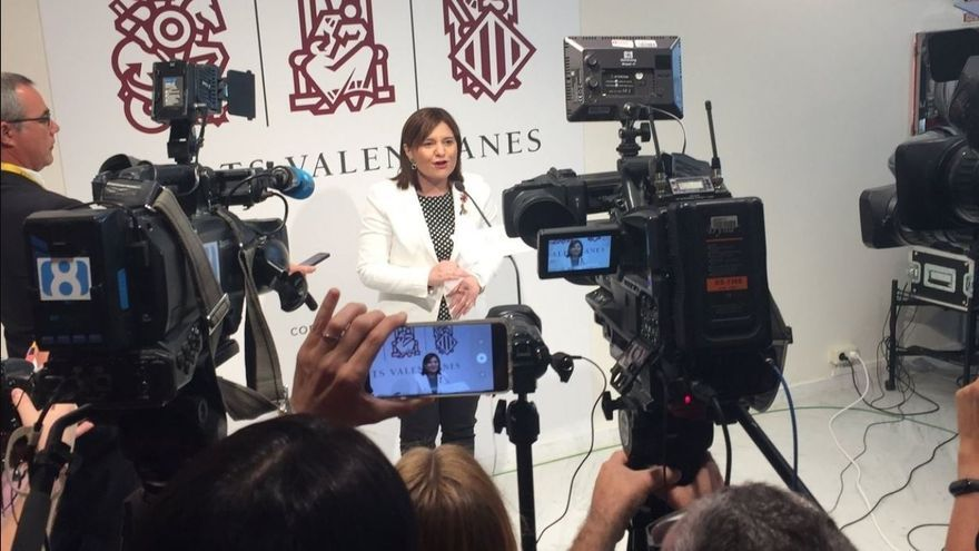 Isabel Bonig atiende a los medios en las Corts