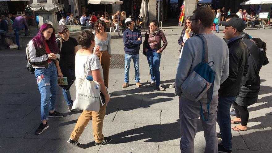 """Marta Casquero, con un grupo realizando el paseo 'En busca de las Madrileñas"""""""