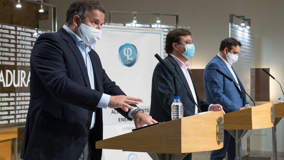Alejandro Ayala (izquierda) y Mario Celdrán, junto a  Fernández Vara en la presentación del proyecto en marzo pasado