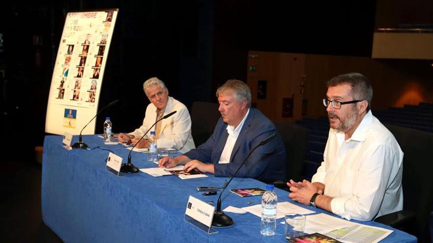 El consejero de Cultura del Cabildo de Gran Canaria, Carlos Ruiz (c), el director artístico del Teatro Cuyás, Gonzalo Ubani (d), y el gerente, Juan Márquez (i)