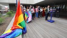 El Cabildo de Gran Canaria izó este lunes la bandera arcoiris con motivo del Día del Orgullo LGTBI, en un acto encabezado por su presidente, Antonio Morales, con el objetivo de visibilizar las reivindicaciones de igualdad y dignidad del colectivo
