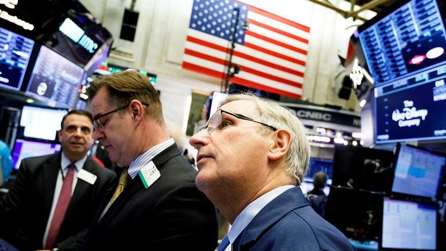 Varios trabajadores operan en la Bolsa de Nueva York (EE.UU.).