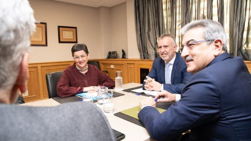 La ministra de Asuntos Exteriores, Arancha González Laya, el presidente canario, Ángel Víctor Torres y el vicepresidente, Román Rodríguez.