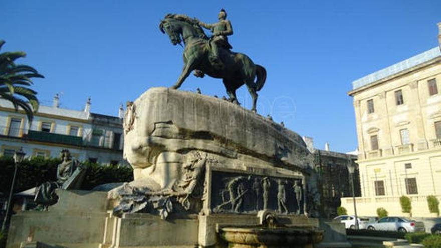 La estatua ecuestre, en la Plaza del Rey.
