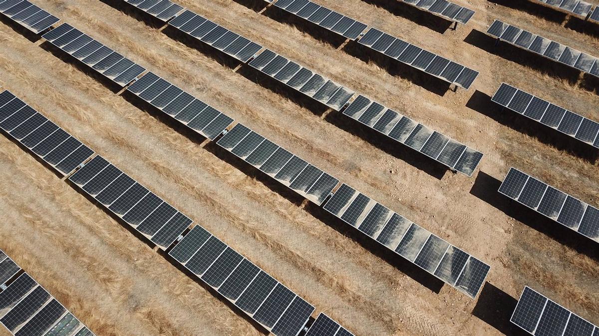 Imagen de archivo de los paneles solares de una planta fotovoltaica.