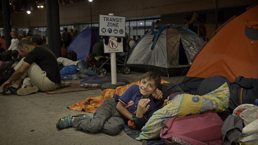Cerca de tres mil personas han acampado en la noche del martes al miércoles en los alrededores de la estación esperando a la reapertura de la misma