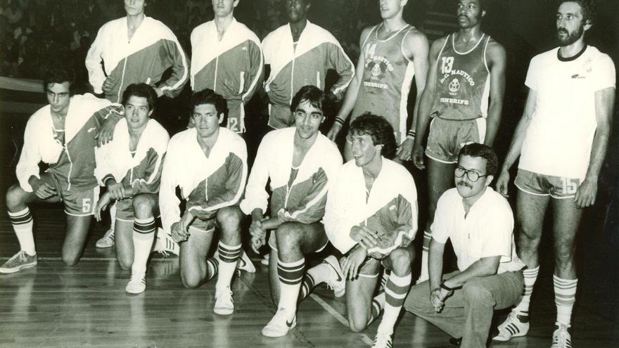 Formación del Real Club Náutico de Tenerife, con Pedro Febles de pie y el primero por la derecha