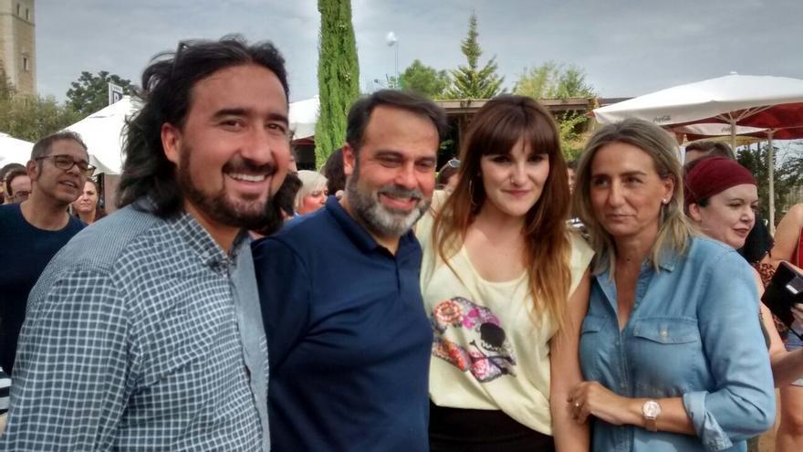 Rozalén junto a la alcaldesa de Toledo, Milagros Tolón, y los concejales Diego Mejías y Javier Mateo