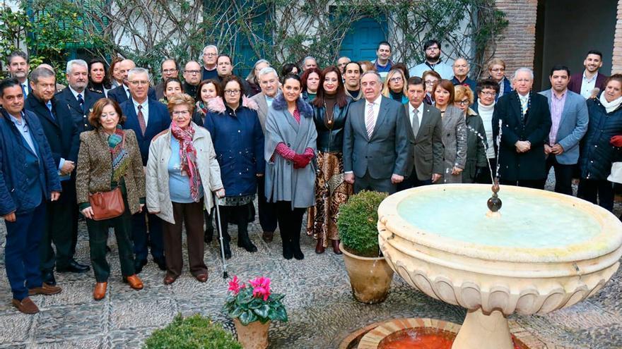 Foto de familia del acto de Asaenec en el Palacio de Viana | RAFA MELLADO