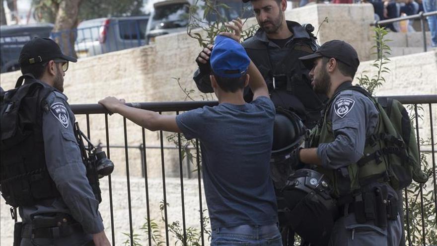 Un israelí muerto y seis heridos en un atentado de dos palestinos en una estación en Beer Sheva