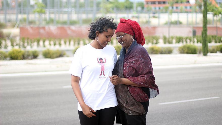 Asha Ismail posa junto a su hija Hayat, una generación salvada de la mutilación genital/ Fotografía: Jon Cuesta
