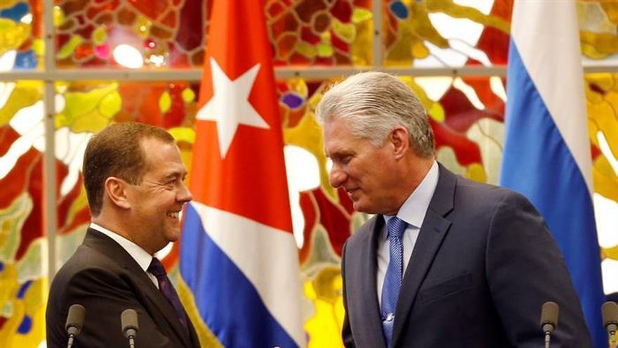 El presidente de Cuba, Miguel Díaz-Canel Bermúdez (d), fue registrado este jueves al saludar al primer ministro de Rusia, Dmitri Medvédev (i), en La Habana (Cuba).