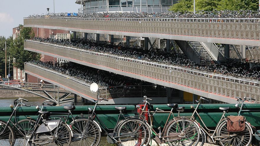 AIRBETE_1280px-Bicycle_parking_lot.jpg