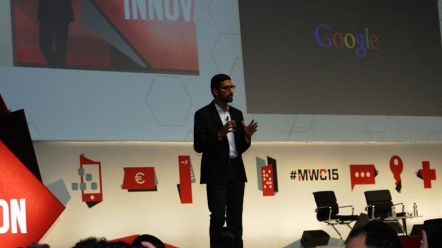 Sundar Pichai en el escenario, hablando sobre la expansión del acceso a Internet