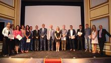 Los estudiantes que recibieron sus titulaciones y las autoridadas asistente al acto de apertura del curso de la UNED La Palma celebrada en el Teatro Cine Chico.