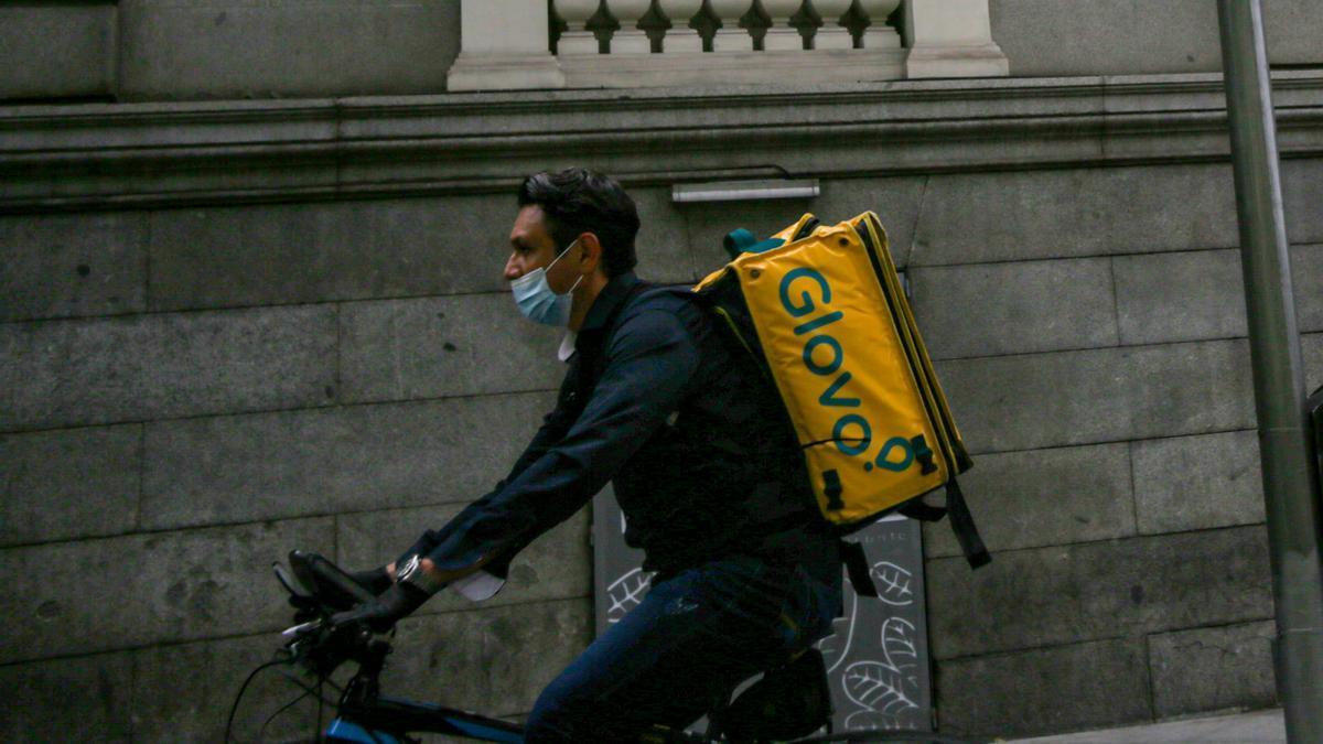 Un trabajador de Glovo circula por la capital el mismo día en que se han peatonalizado diversas vías a causa de la distancia de seguridad exigida por el Covid-19