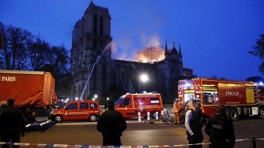 Bomberos intentan extinguir el fuego en Notre-Dame, pero no aseguran poder extinguirlo. / EFE