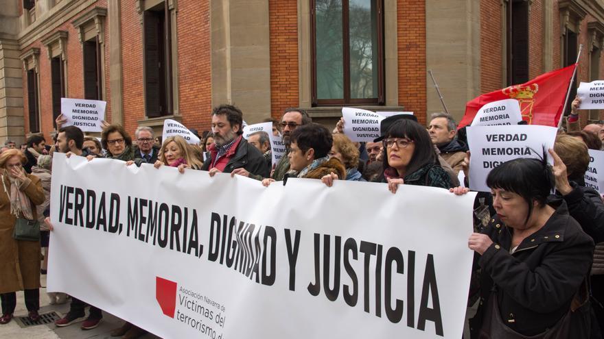 Víctimas del terrorismo de Navarra se concentran frente al Parlamento.