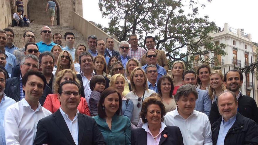 Miembros del PP valenciano posan con la Senyera en las Torres de Serrano