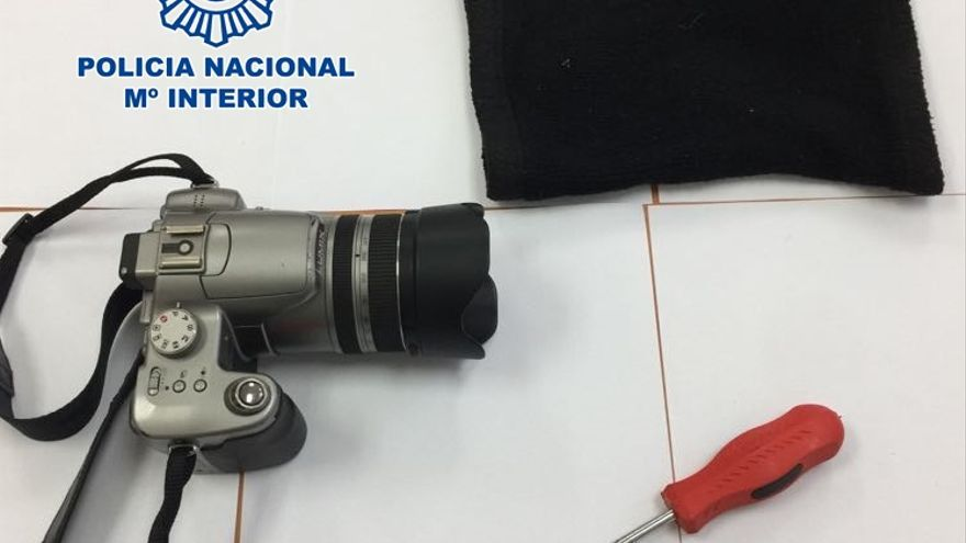Cámara de fotos sustraída y destornillador empleado para intimidar. (POLICíA NACIONAL)