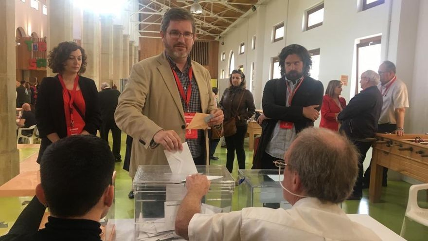 Ignacio Urquizu (PSOE), votando en Alcañiz las pasadas elecciones locales.